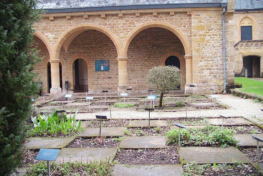 L'herboristerie reconstruite et le jardin aux simples de l'abbaye belge d'Orval, en 2006.