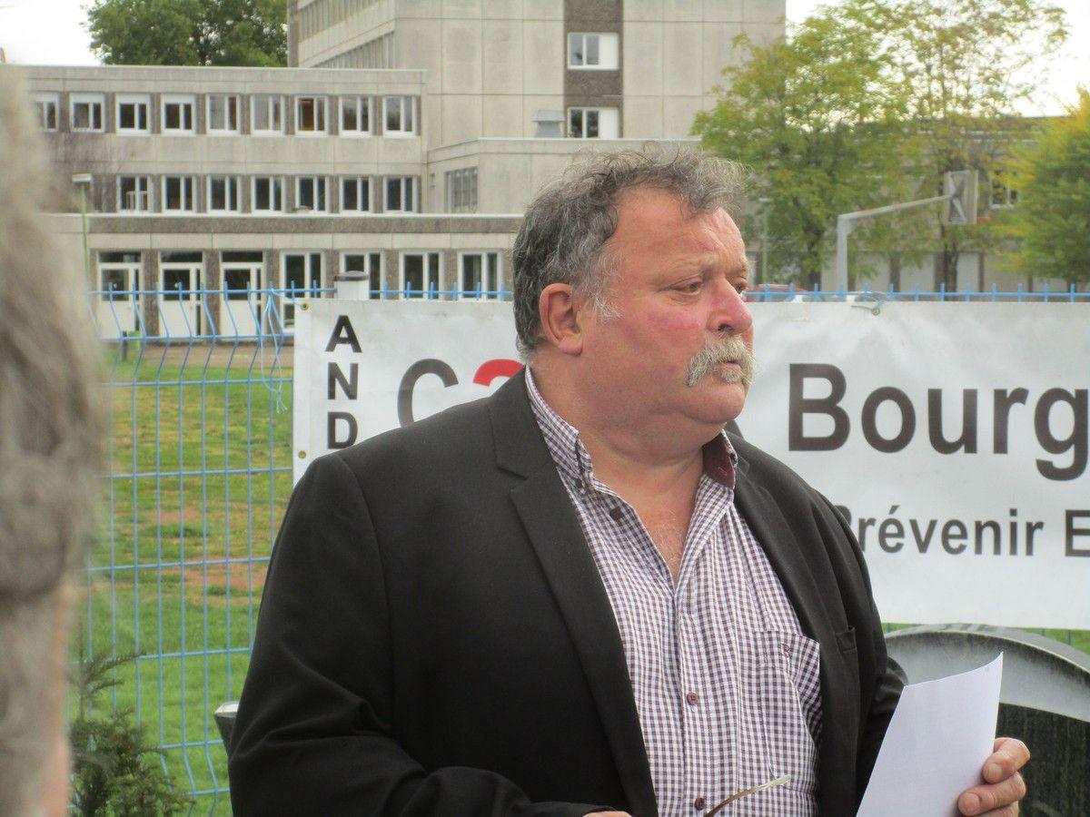 Jean François Borde, président du CAPER Bourgogne devant les stèles.