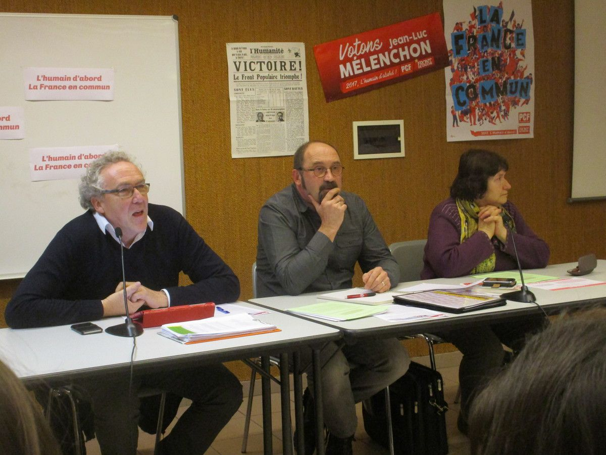 Jean Marc Durand, économiste.  Philippe Bonnot candidat PCF FRONT DE GAUCHE sur la 2ème entouré de Jacqueline Bramant (suppléante) et Jean Marc Durand