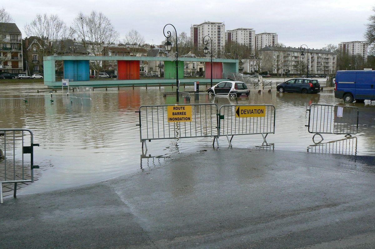 24.1.2018 route et parking inondé en bord de Marne
