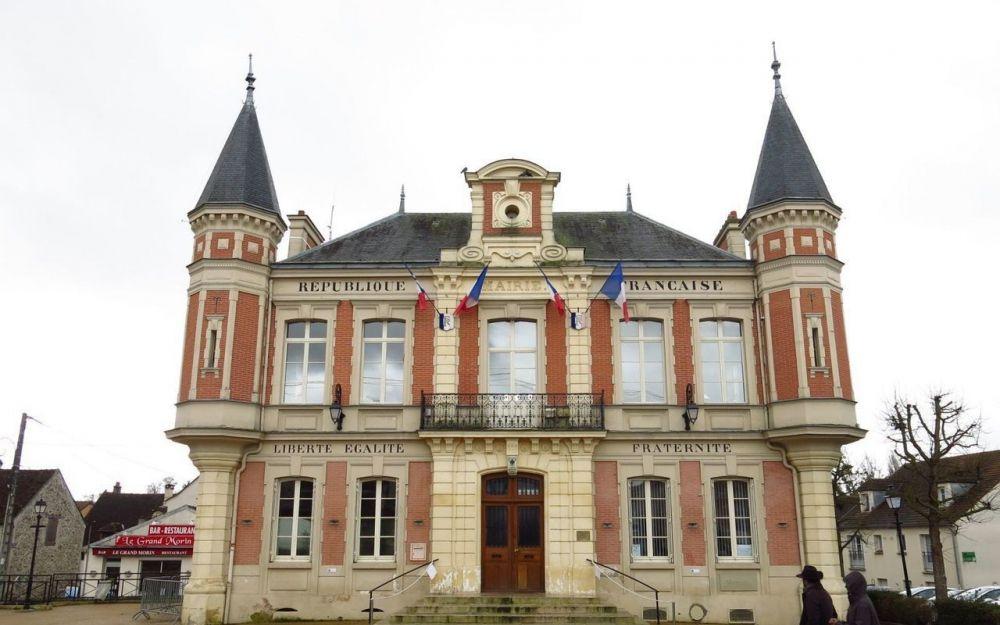 Comment on utilise les impôts, Mouroux, un exemple à ne pas suivre: la maire Nicole Charpentier, fait détruire une école en 2007, la nouvelle maire Sylvie Tournoux doit en faire reconstruire un autre en 2019!