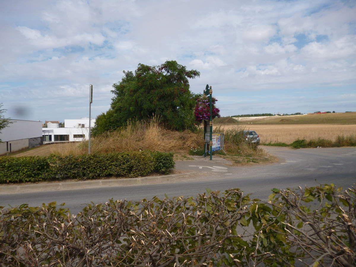 Ecole de Fresnes sur Marne à gauche, au  bord des champs cultivés par l'agriculture intensive et près de la décharge ISDI (au fond à droite)