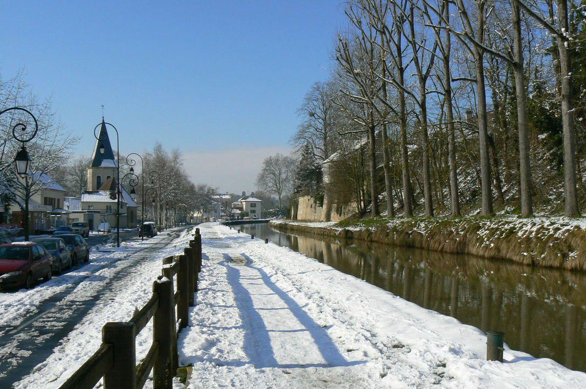 Avenue Aristide Briand : les habitations se trouvent en aval du canal de l'ourcq, classé comme barrage catégorie C