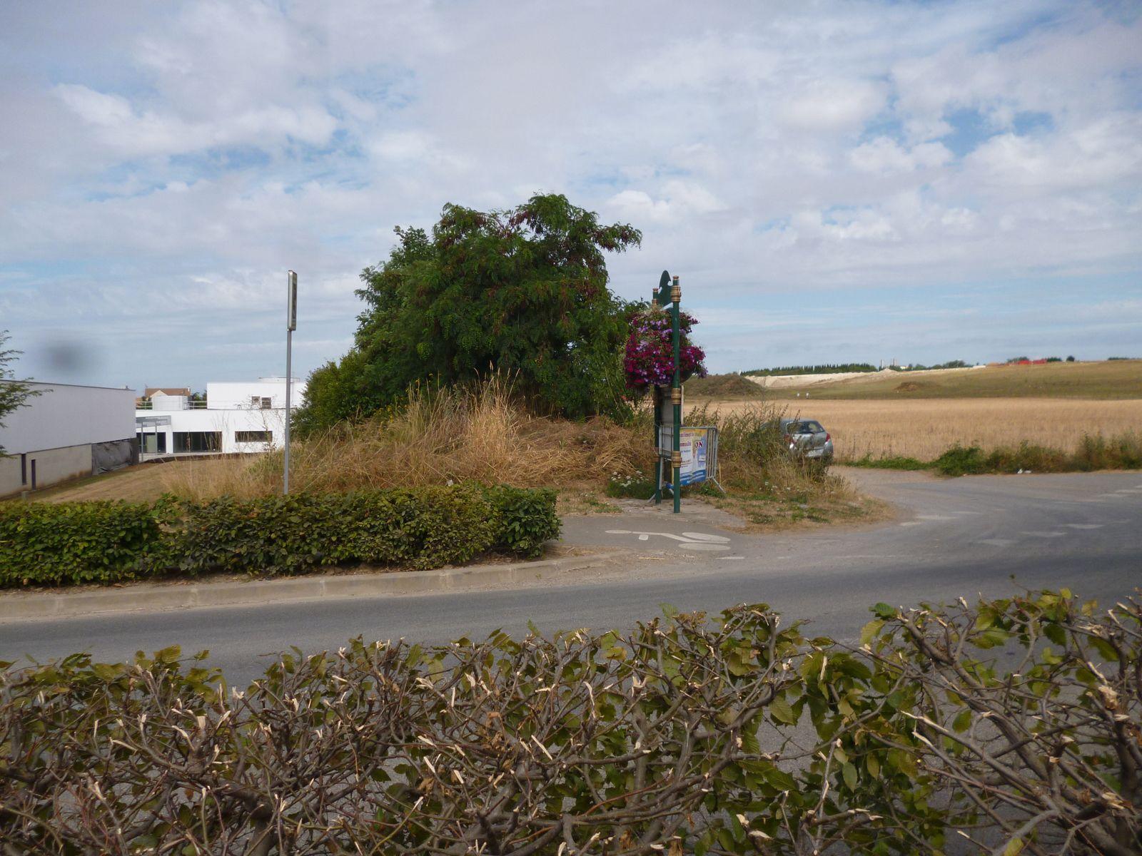 Fresnes sur Marne : école et centre aéré (à gauche) au bord de champs cultivés par l'agriculture intensive et près de la décharge ISDI (à droite)