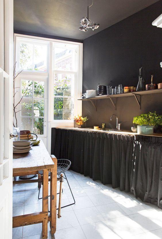Et si on enlevait les portes des placards dans la cuisine...