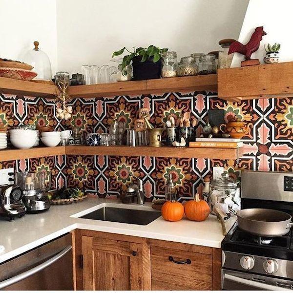 Avec une crédence haute en couleurs, quelle déco pour ma cuisine ?