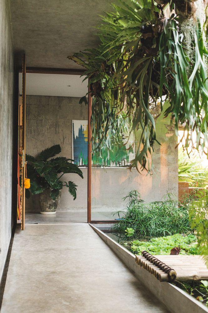 Une maison béton brut à Bali