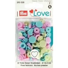 en boites avec  differentes couleurs d'une meme forme spéciale : tête, coeur où étoile...