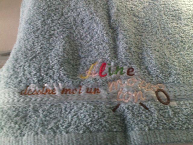 8/ broderie Multi lettres et formes sur serviette.