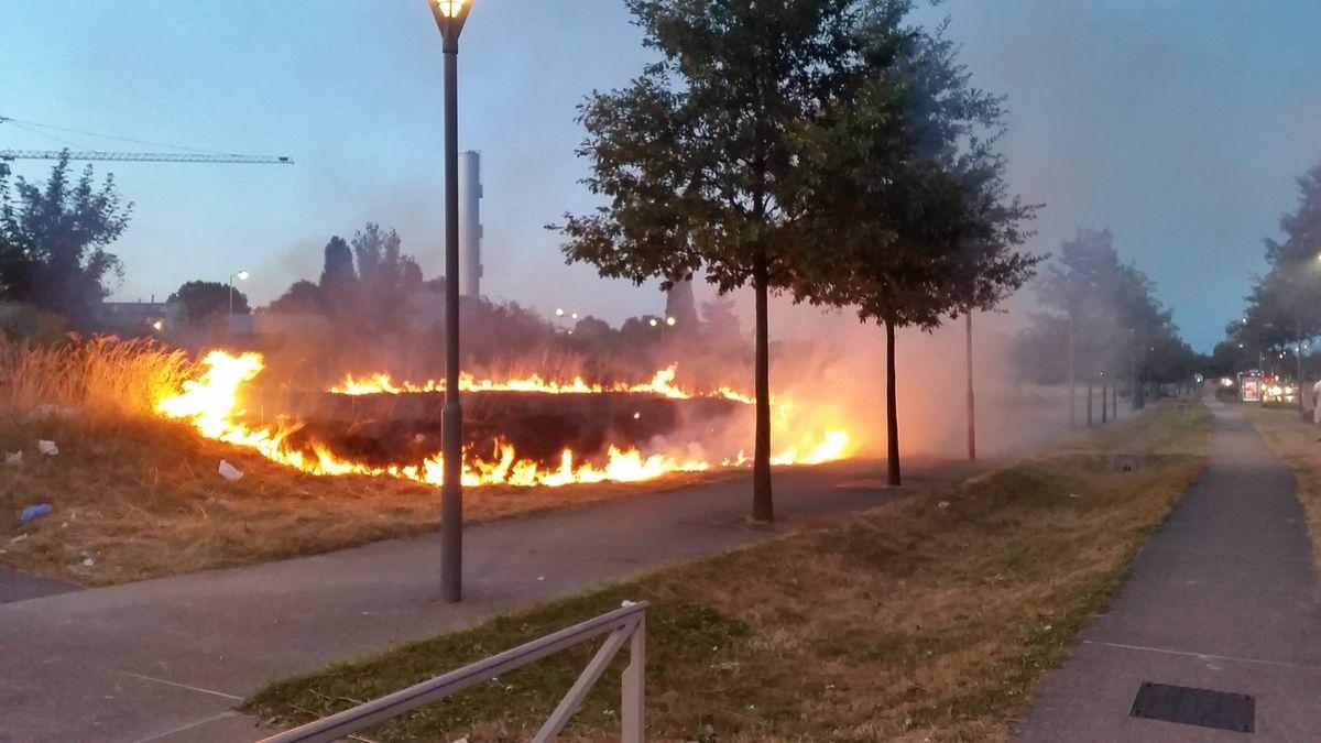 Incendie le long de la RN2 dans le quartier de la Rose des Vents à Aulnay-sous-Bois