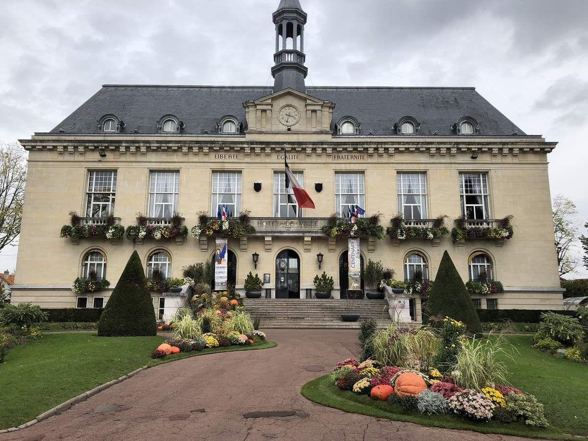 Le service des espaces verts met superbement en valeur la mairie d'Aulnay-sous-Bois pour Halloween