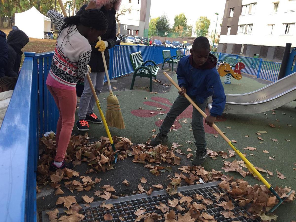 Quand les mamans prennent le nettoyage de la cité de l'Europe à Aulnay-sous-Bois en mains !