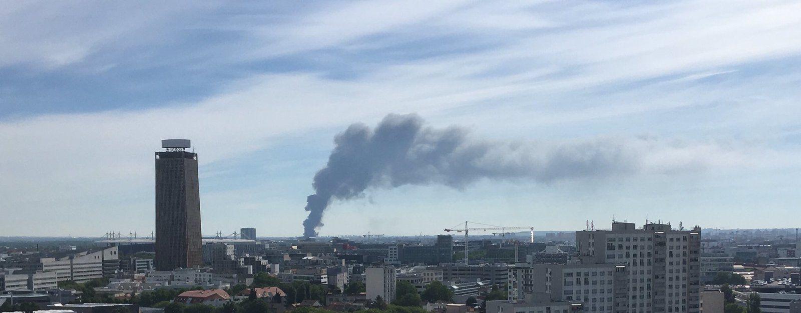 L'impressionnant incendie d'un entrepôt de textile au Blanc-Mesnil !