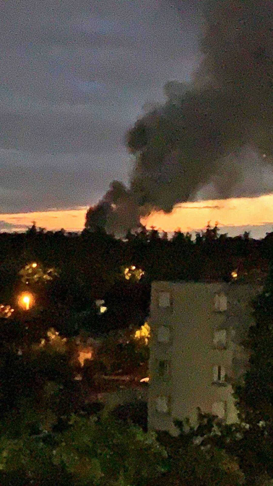 Vidéo. Un incendie monstrueux ravage un entrepôt de textile à Aubervilliers !