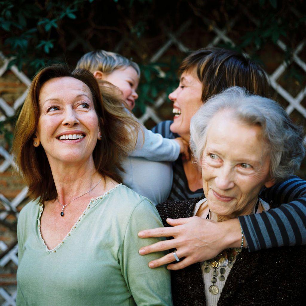 Portrait de famille sur quatre générations à Marseille : Marielle, la grand-mère, Lino l'arrière-petit-fils, Justine, sa mère, et Mamic, l'arrière-grand-mère. Meyer/Tendance Floue