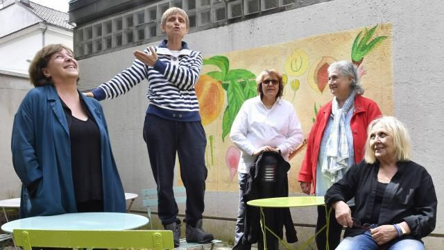 •De gauche à droite, Catherine Vialles, Odette Menteau, Cathy Carugati, Dominique Doré et Kerstin Emnanuelsson dans le jardin de la Maison des Babayagas. | photo : Thomas Brégardis