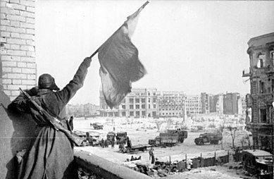 DRAPEAU SOVIETIQUE HISSE SUR LA PLACE DE STALINGRAD