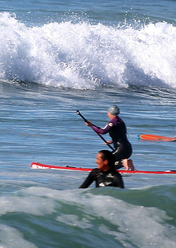SURFEURS  SUR  LA  PLAGE  DE  LA  TORCHE, EN  PAYS  BIGOUDEN...
