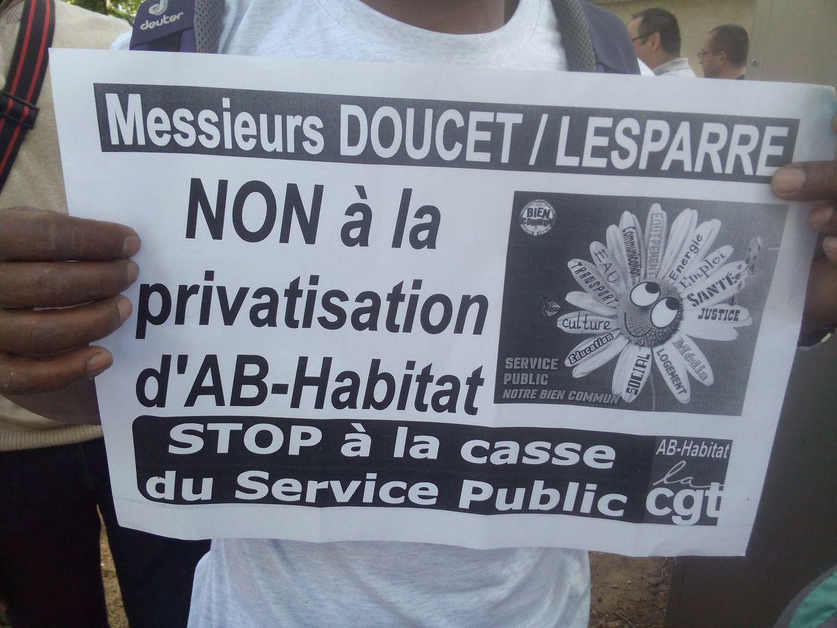 Les agents d'AB Habitat sensibilisent les résidents sur la privatisation