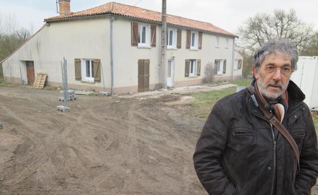 Le président Christian Lenne devant l'un des bâtiments actuellement en rénovation de la future ferme d'insertion.