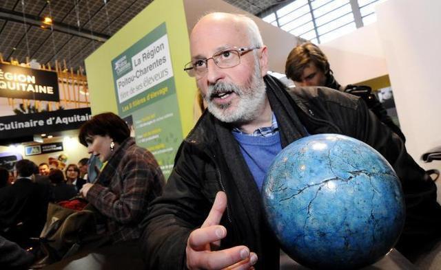 Pascal Blanchon, qui dirige l'association Rebonds, à Cerizay, était évidemment ravi de se voir remettre hier un trophée, en guise d'encouragement à son projet de réinsertion sociale. - (Photo NR, Jean-André Boutier)