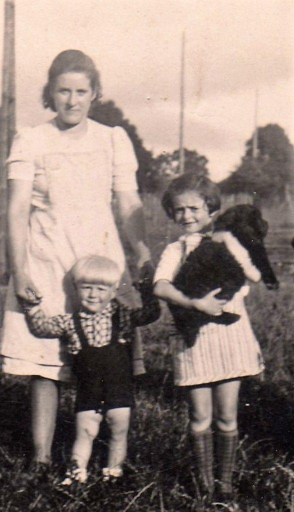 Marie Peter-Collas, Joseph Peter et Elisabeth Lembergier (Betty) à Briscol pendant la guerre.