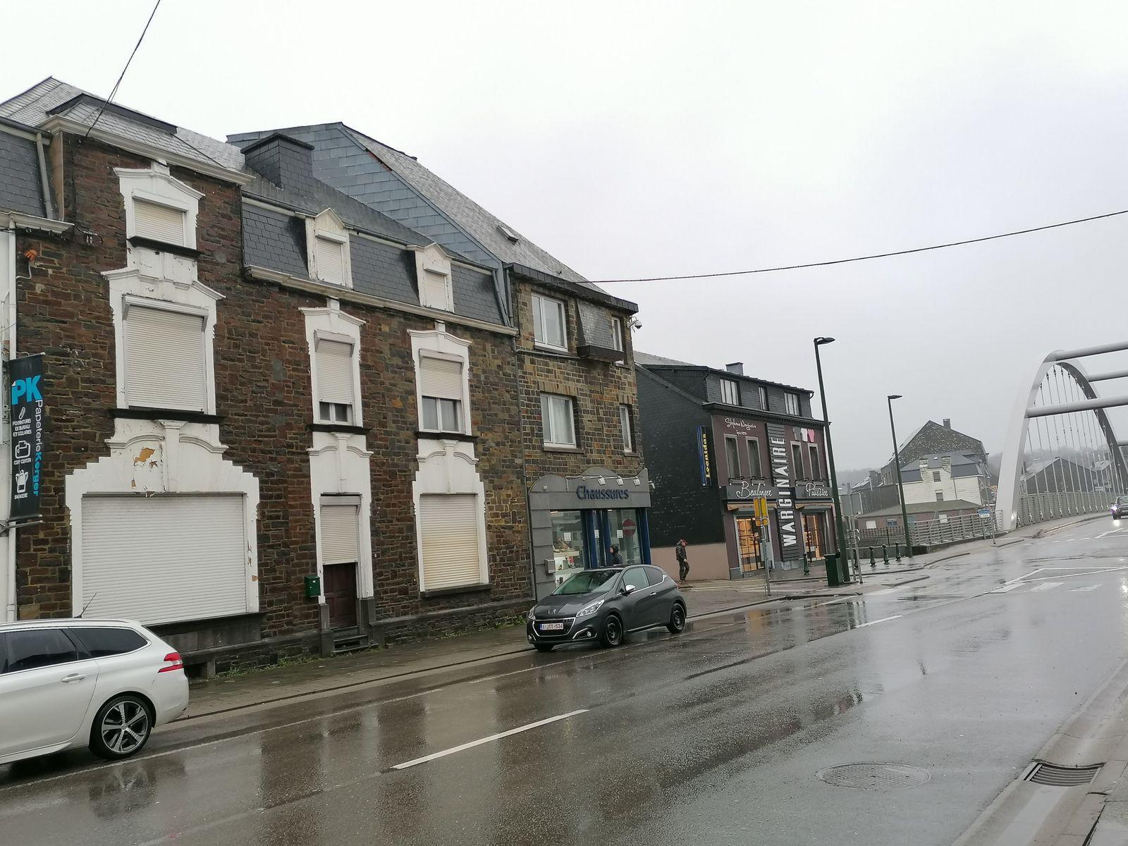 A gauche, la maison de Suzanne, volets fermés depuis janvier 2015. A droite, la boulangerie Warginaire où Clara s'est rendue pour acheter un pain le matin du meurtre. © Michel Bouffioux.