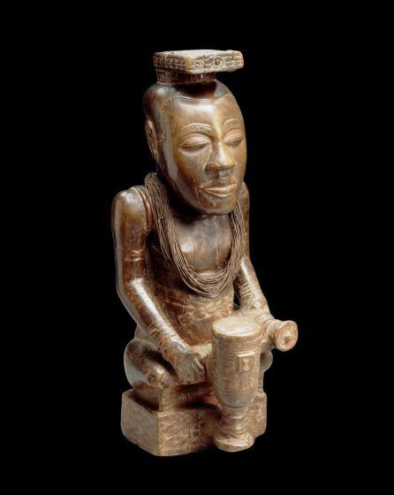 Le catalogue du musée mentionne que cette statue royale Kuba a été enregistrée dans les collections en 1913 et qu'il s'agit d'un « don de la Compagnie du Kasaï » mais… Il élude totalement l'histoire controversée du collecteur qui s'illustra tristement par la brutalité de ses méthodes, au temps du « caoutchouc rouge ». -© Mrac/Doc