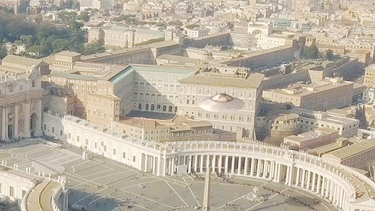UFO appears over VATICAN city - St PETER's square !!! March 2018