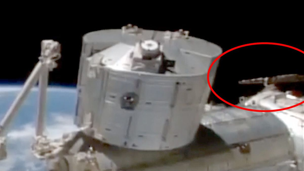 Strange UFO caught on cam near ISS before Live Feed was cut !!! Jan 2017