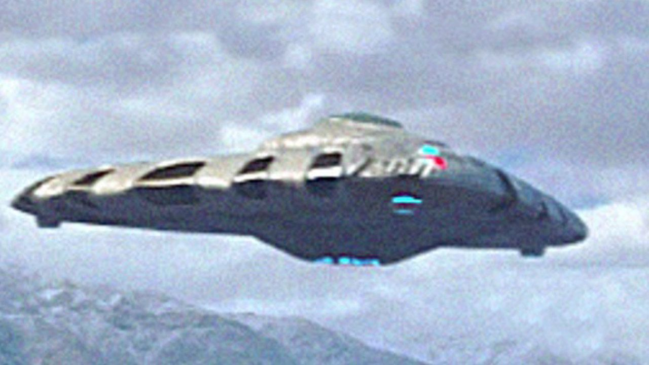 👽 A drone approaches a Triangular Shape UFO at low altitude (CGI)