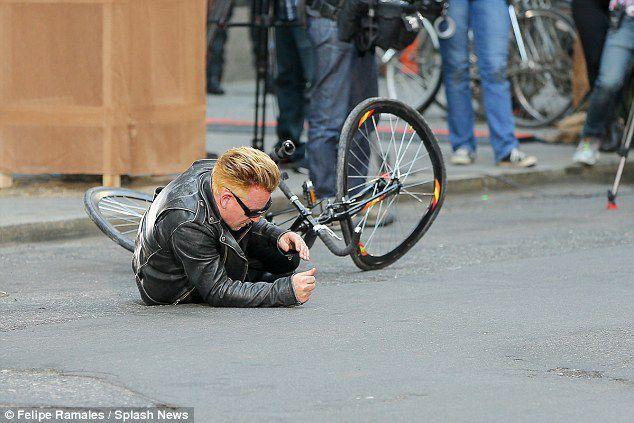 Bono et Jimmy Fallon recréent l'accident de bicyclette du chanteur pour The Tonight Show.