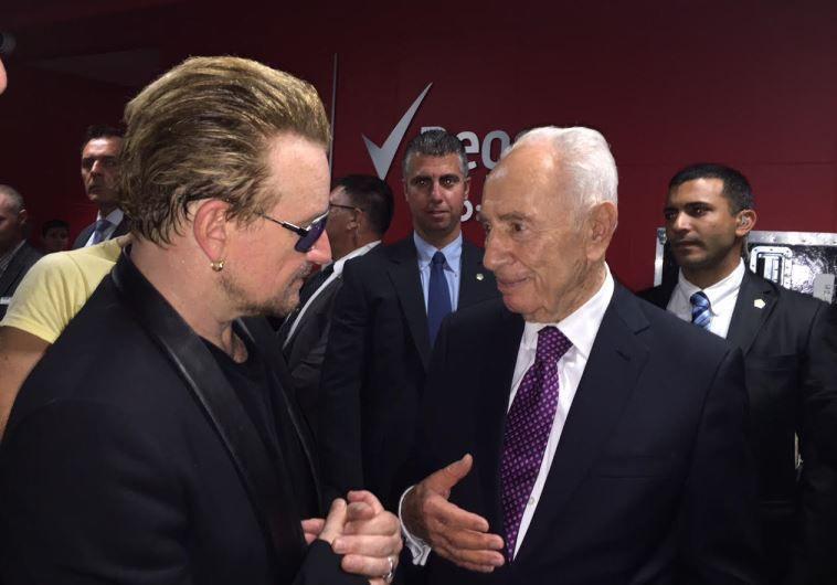 Le chanteur de U2, Bono, et l'ancien président Shimon Peres à Toronto, le 6 juillet 2015
