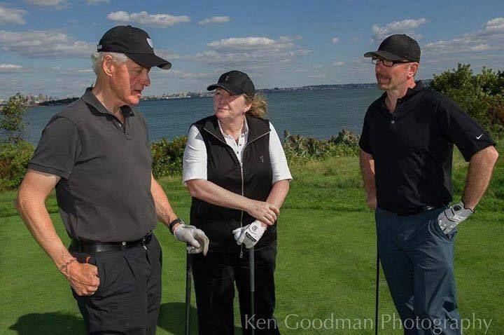 Bill Clinton, Chantal O'Sullivan et The Edge ensemble pendant une partie de golf .