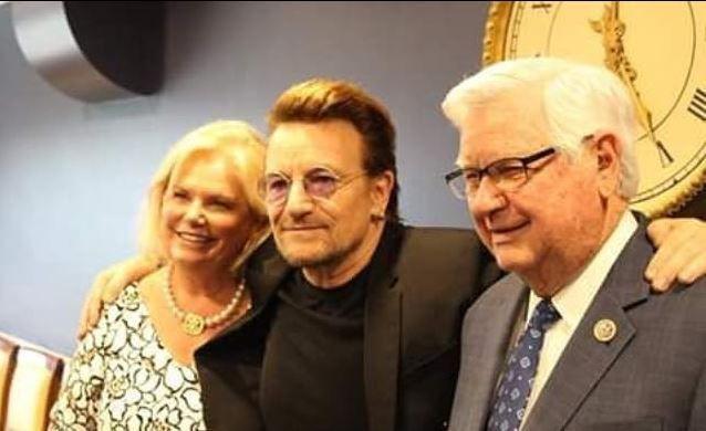"""Bono a visité le Capitol pour signe le """"Get Well card"""" pour Steves Calise 22-06-2017"""