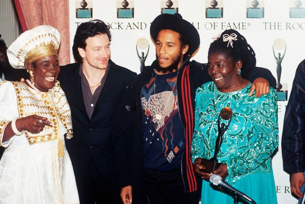 "Bono présente Bob Marley dans ""Rock And Roll Hall Of Fame""  puis chante ""One Love"" avec Whoopi Goldberg, Rita et Ziggy Marley."