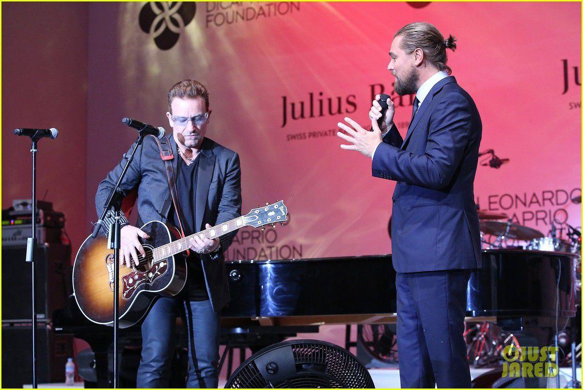 Bono chante et joue de la guitare avec Julian Lennon lors du tout premier gala de St Tropez, organisé au profit de la Fondation Leonardo DiCaprio afin de collecter des fonds pour ses activités environnementales.