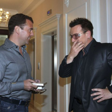 Le président russe Dmitry Medvedev a souhaité la bienvenue à Bono avant le tout premier concert russe de U2, et le musicien irlandais a demandé l'aide de la Russie dans la lutte contre le sida.