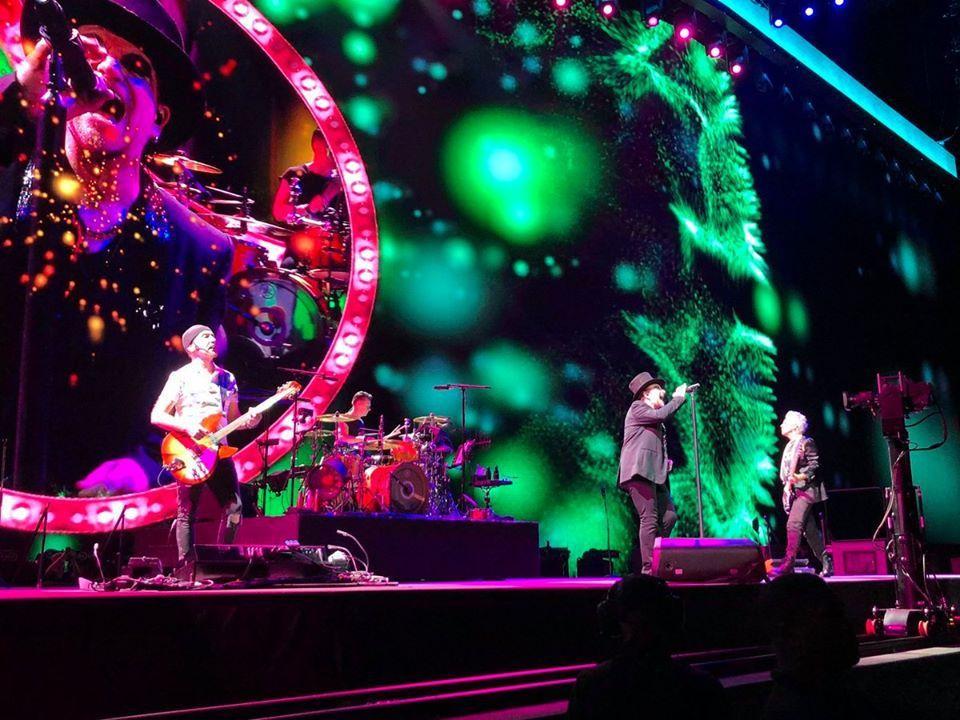 U2 s'est produit hier soir à la Philippine Arena à Bulacan, au nord de Manille. Une première aux Philippines depuis la création du groupe irlandais en 1976. Lors du concert, le groupe a lancé plusieurs messages de soutien en faveur des activistes, journalistes dont Maria Rezza, et volontaires de la Croix Rouge aux Philippines.  Bono a indiqué qu'il s'agissait du 2050 ème concert du groupe.