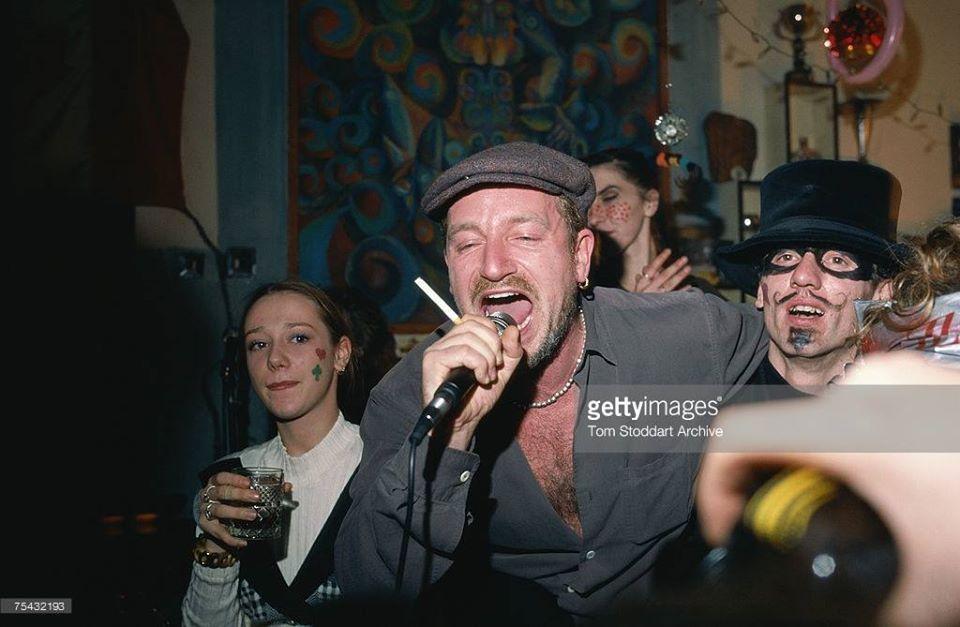 Bono assiste à une soirée de réveillon dans un restaurant de Sarajevo.
