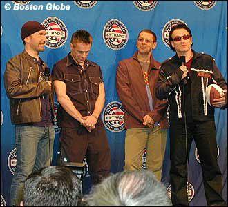 U2 participe à une conférence de presse quelques jours avant sa performance en direct lors du Super Bowl XXXVI Interval Show.