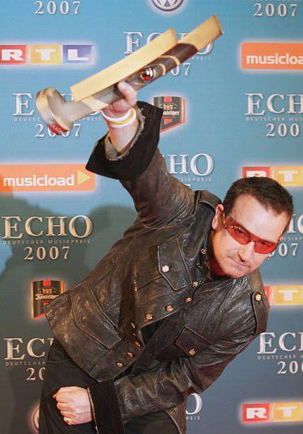 Bono reçoit le Special Global Commitment Award aux ECHO German Music Awards 2007.