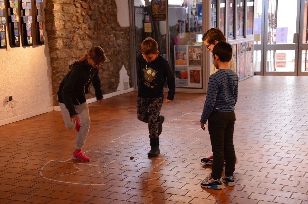 """L'ULIS de l'Ecole Primaire du Boulou venue découvrir l'exposition """"Invitation au voyage et au jeu entre terre et ciel"""" à l'EDA"""