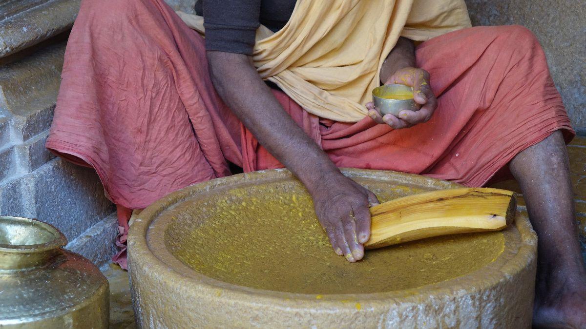 Temple Jaïn, en frottant le bois de santal sur la pierre avec quelques gouttes d'eau, le prêtre obtiendra de la pâte utilisée pour le culte.