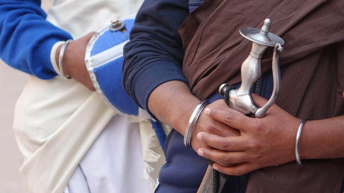 Le kirpan : arme symbolique s'apparentant à un poignard, portée par un Sikh.