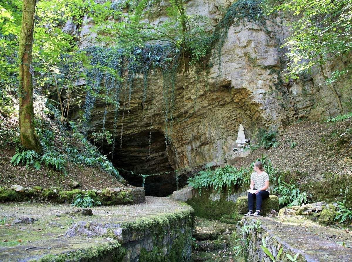 Le lieu est idéalement placé dans la forêt d'Échenoz-la-Méline, isolé de la ville.