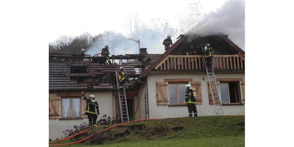 Une maison détruite par un incendie : le propriétaire brûlé