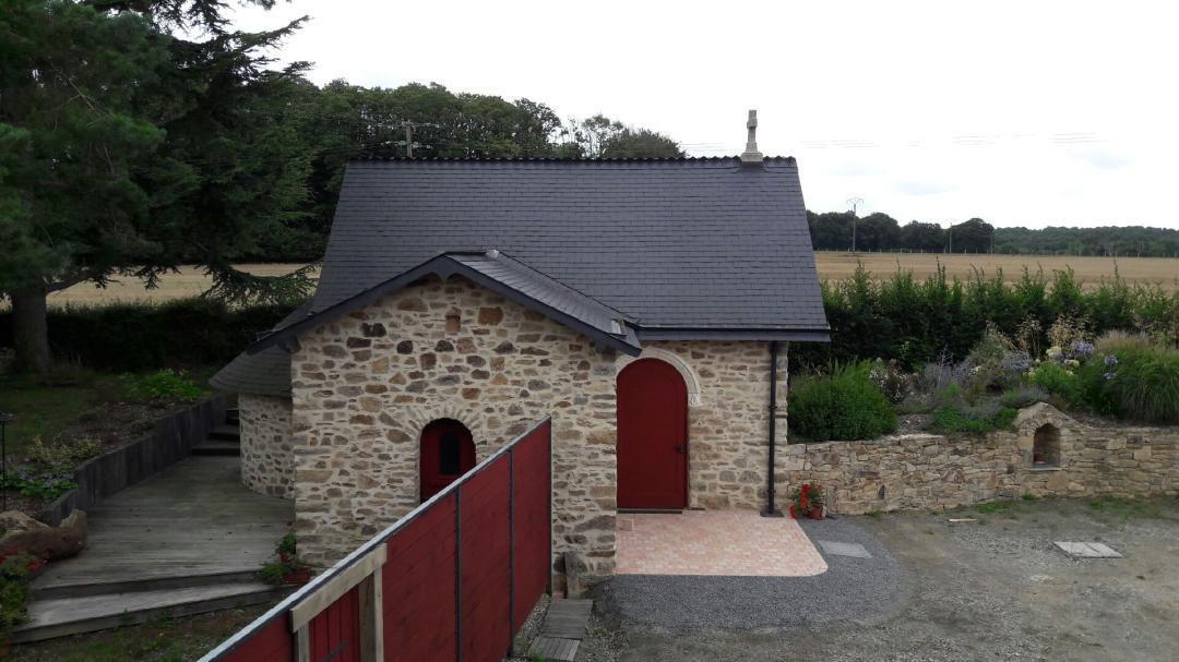 Construction traditionnelle et consécration d'une chapelle en Bretagne