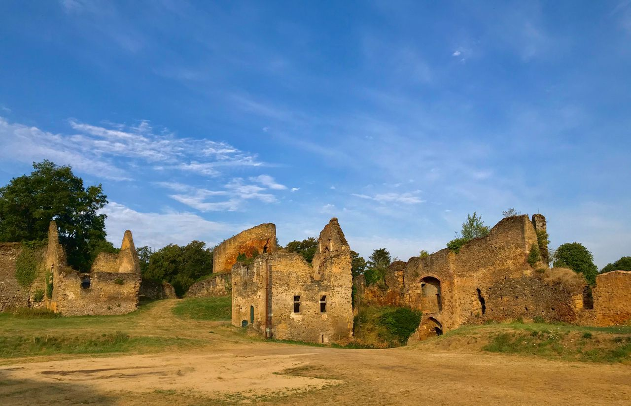 Vide-grenier près des ruines de la forteresse de Cluis-Dessous