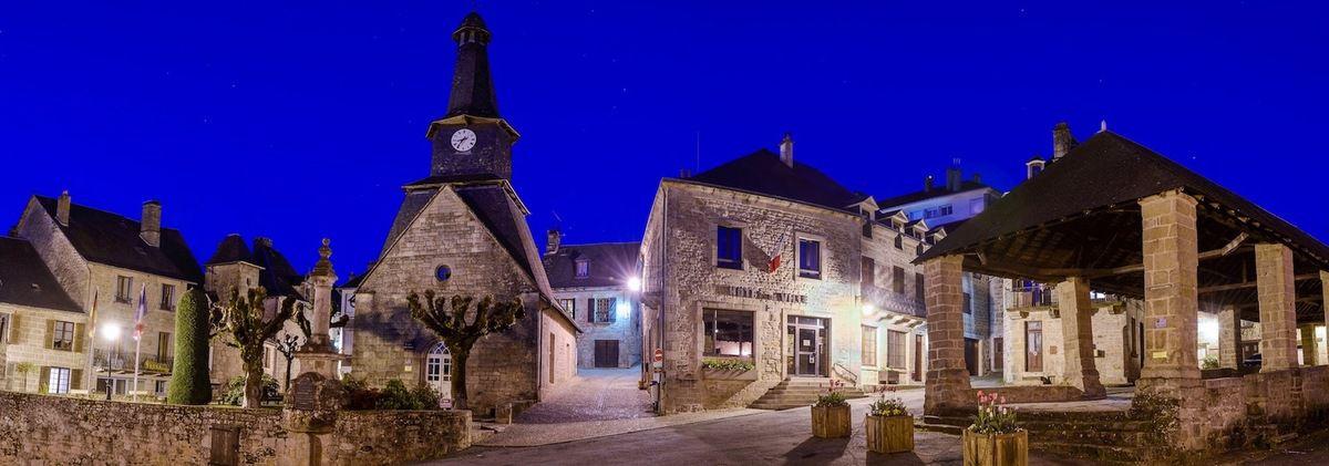 © photo Mairie de Treignac: la Place de la Halle